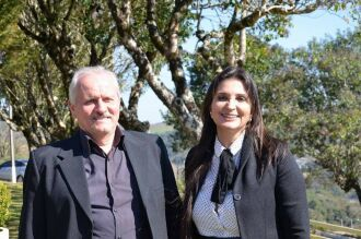 Maria Amélia posa ao lado do vice-prefeito de Serafina Corrêa, Valdir Bianchet. Foto: Arquivo Pessoal/Divulgação