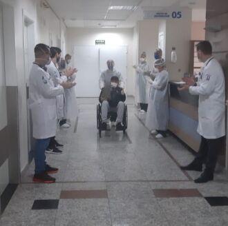 Pacientes foram aplaudidos pela equipe de saúde (Foto: divulgação)