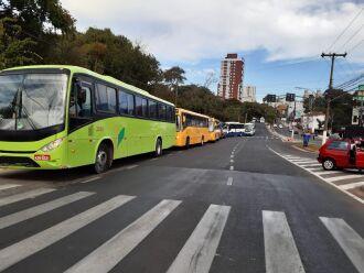 Ônibus terceirizados estavam entre os veículos (Foto: Gerson Lopes)