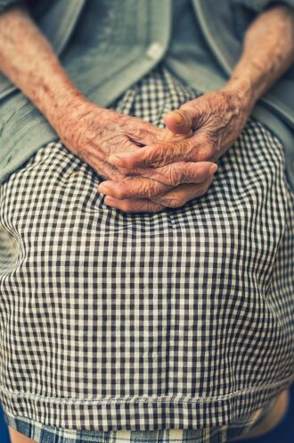 Além da violência física, a população idosa também sofre outros tipos de abusos (Foto: Cristian Newman/Unsplash)