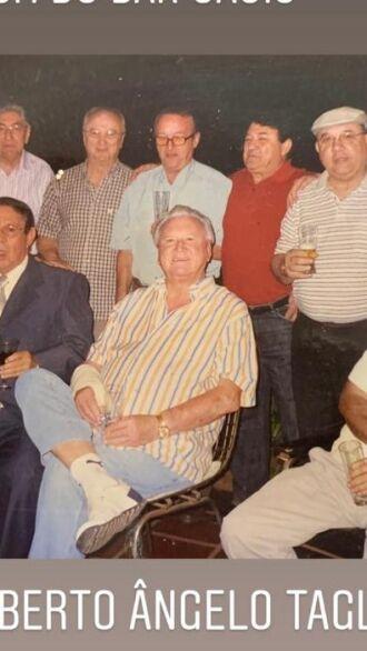 Alberto ao centro, com os amigos da Mesa Um do bar Oásis