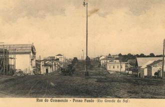 Nesta foto da Av. Brasil entre as ruas Bento Gonçalves e Av. Gen. Netto de 1918 podemos ver os recém-instalados lampiões | Foto: acervo IHPF