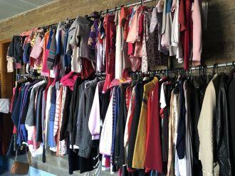 O brechó oferta roupas e calçados (Foto: Divulgação/Aapecan)