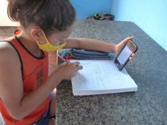 Thais Trindade dos Anjos, de 10 anos, aproveita o recurso para acessar materiais escolares (Gerson Lopes/ ON)