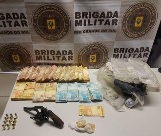 Drogas, dinheiro, arma e munições foram recolhidos pelos policiais (Foto: Divulgação/Brigada Militar)