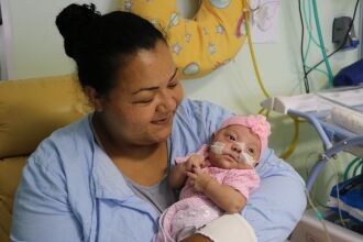 Luize está aprendendo a mamar para em breve receber alta hospitalar (Foto Assessoria de Imprensa HSVP/Caroline Silvestro)