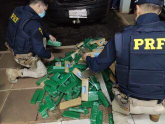 No porta malas do veículo foram encontrados diversos tabletes de maconha, totalizando 152 quilos (Foto: Divulgação/PRF)