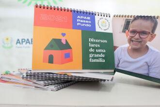 O calendário retrata os usuários em seus próprios lares (Foto: Felipe Souza/Ascom APAE)
