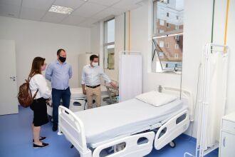 Prefeito e a secretária de saúde foram recebidos pelo diretor do HMCS (Foto: Diogo Zanatta)