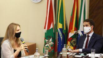 Governador Leite e a diretora-presidente do BRDE, Leany Lemos, durante o anúncio da linha de crédito, na sede do BRDE (Foto: Itamar Aguiar/Palácio Piratini)