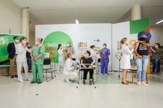 Às 23h45 da segunda (18), foram aplicadas as primeiras cinco doses da vacina contra a Covid (Foto: Felipe Dalla Valle/ Palácio Piratini)-19 no RS