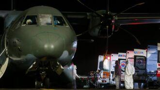 Pacientes foram transferidos diretamente do avião da FAB para ambulâncias e levados para hospitais na capital e em Canoas (Foto: Felipe Dalla Valle/Palácio Piratini)