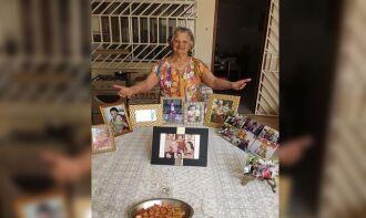 Dona Cotinha encontrou uma forma criativa de passar o Dia das Mães e o aniversário de 91 anos ao lado do filhos (Foto: Arquivo Pessoal)
