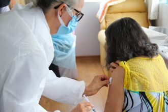 Por enquanto, apenas idosos em Instituições de Longa Permanência estão recebendo a vacina (Foto: João Pazuch/Divulgação)