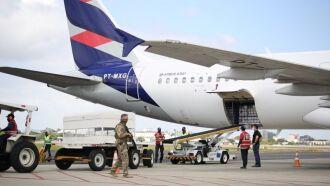 Avião que transportou vacinas do Instituto Butantan chegou ao RS na manhã deste domingo (Foto: Luís André/Palácio Piratini)