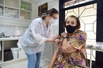 Nedy Portela Cunha, de 93 anos, está entre os idosos que procuraram a vacina na quinta-feira (Foto: Diogo Zanatta/PMPF)