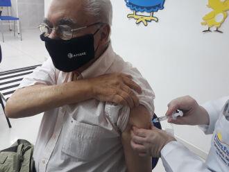 Daltro Alves D'Avila, de 86 anos, conta que estava esperando sua hora de ser vacinado (Foto: Bruna Scheifler/ON)