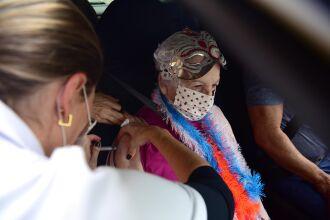 Zelinda Galeazzi Poma, de 85 anos, recebeu a vacina com fantasia de Carnaval (Foto: Diogo Zanatta/PMPF)