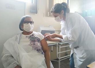Nair Nunes, de 56 anos, recebeu a primeira dose em 19 de janeiro (Foto: Divulgação/PMPF)