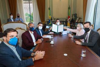 Governador com os deputados Gabriel Souza (presidente da Assembleia) e Frederico Antunes, e os secretários Gastal, Arita e Artur (Foto: Itamar Aguiar /Palácio Piratini)
