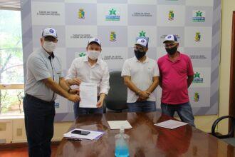 O prefeito Pedro Almeida, assinou a ordem de serviço para iniciar o processo de cabeamento (Foto: Divulgação/PMPF)