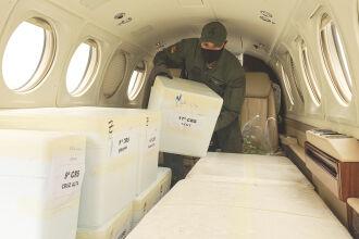 Avião da Brigada Militar ficou com cabina de passageiros completamente ocupada por caixas contendo CoronaVac (Foto: Itamar Aguiar/Palácio Piratini)