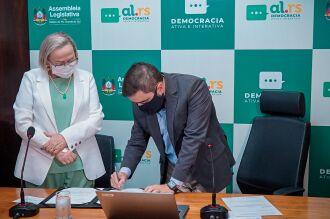 Secretária Arita e deputado Gabriel Souza na assinatura do repasse (Foto: Joel Vargas/ALRS)
