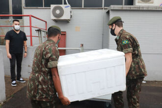 Militares entregam caixa térmica com medicamentos no HPS de Canoas (Foto: Itamar Aguiar/Palácio Piratini)