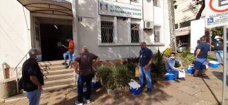 Funcionáros das prefeituras da região aguardam a retirada das doses na 6ª Coordenadoria Regional de Saúde em Passo Fundo