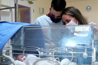 Francys esperou 38 dias para pegar a filha pela primeira vez (Foto: Assessoria de Imprensa HSVP/Scheila Zang)