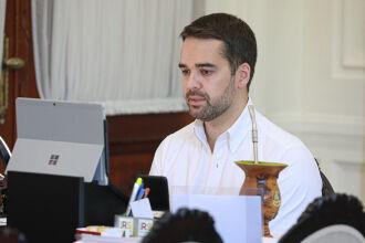 Reunião foi por videoconferência, com a participação de secretários de Estado, integrantes da Famurs e prefeitos (Foto: Itamar Aguiar / Palácio Piratini)