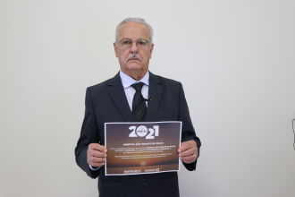 Presidente José Miguel Rodrigues da Silva com o certificado do prêmio (Foto Assessoria de Imprensa HSVP/Scheila Zang)