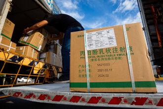 Medicamentos foram transportados ao 3º Batalhão de Suprimento, onde serão separados para a entrega aos hospitais (Foto: Felipe Dalla Valle/Palácio Piratini)