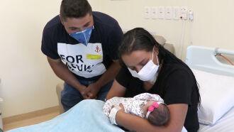 Família unida após a alta da UTI de mãe e filha (Foto Assessoria de Imprensa HSVP/Scheila Zang)
