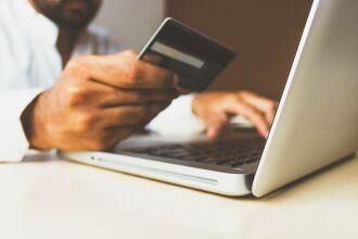 O percentual das famílias que utilizam o cartão de crédito como principal modalidade de dívida voltou a crescer (Foto: rupixen/Unsplash)
