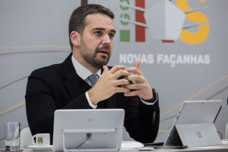 O governador realizou a apresentação em transmissão ao vivo (Foto: Felipe Dalla Valle/Palácio Piratini)
