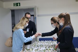 Profissionais retiraram as suculentas nas saídas dos turnos de trabalho (Foto Assessoria de Imprensa HSVP/Caroline Silvestro)