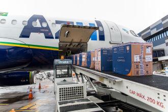 o avião pousou no aeroporto da capital gaúcha às 14h48 (Foto: Maicon Hinrichsen / Palácio Piratini)