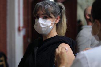 Vacinação ocorre no CTG Lalau Miranda e em oito unidades de saúde (Foto: Divulgação/PMPF)