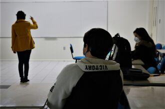 O jogo funciona por meio de HoloLens, óculos de realidade aumentada, possibilitando ao estudante visualizar e interagir com os elementos virtuais do jogo, por meio de gestos e comandos de voz (Foto: Camila Guedes/ON)