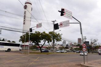 A sinalização está sendo instalada em diferentes pontos da cidade (Foto: Divulgação/PMPF)