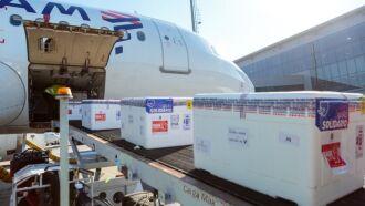 As 202.850 doses da vacina Janssen chegaram ao aeroporto da capital em avião que pousou às 14h10 deste sábado (Foto: Gustavo Mansur/Palácio Piratini)