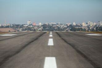 A obra possibilitará que o aeroporto receba aeronaves maiores e haja mais oferta de destinos para rotas dentro e fora do Estado. Foto: Gustavo Mansur/Palácio Piratini
