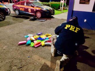 Os carros, o cigarro e a droga foram apreendidos (Foto: Divulgação)