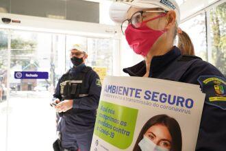 Os agentes circularam pelo comércio para orientar e distribuir materiais educativos (Foto: Michel Sanderi/Divulgação PMPF)