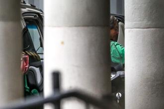 Roberto Jefferson (PTB-RJ) deixando a sede da Polícia Federal ( Foto: Tânia Rêgo/Agência Brasil)