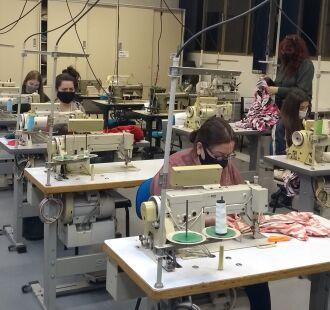 Serão confeccionadas cerca de 630 peças, entre roupas de cama, máscaras, jalecos e peças de vestuário para entidades assistenciais (Foto: Divulgação)