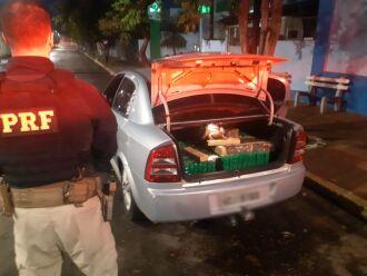 A droga estava no porta-malas e nos bancos (Foto: Divulgação/PRF)