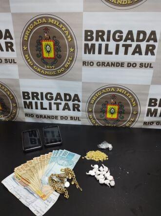 O homem portava drogas, dinheiro e celulares (Foto: Divulgação)