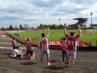 Cerca de cem torcedores foram até o estádio (Foto: Luciano Breitkreitz/ON)